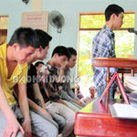 An ninh Xã hội - Băng cướp tuổi teen òa khóc khi ra tòa