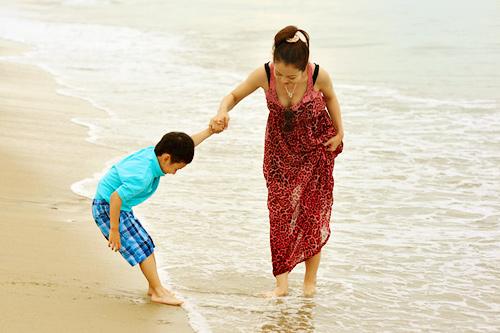 Jennifer tung tăng trên biển với con trai - 2
