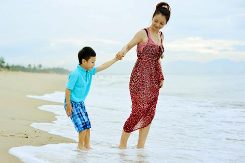 Jennifer tung tăng trên biển với con trai - 4