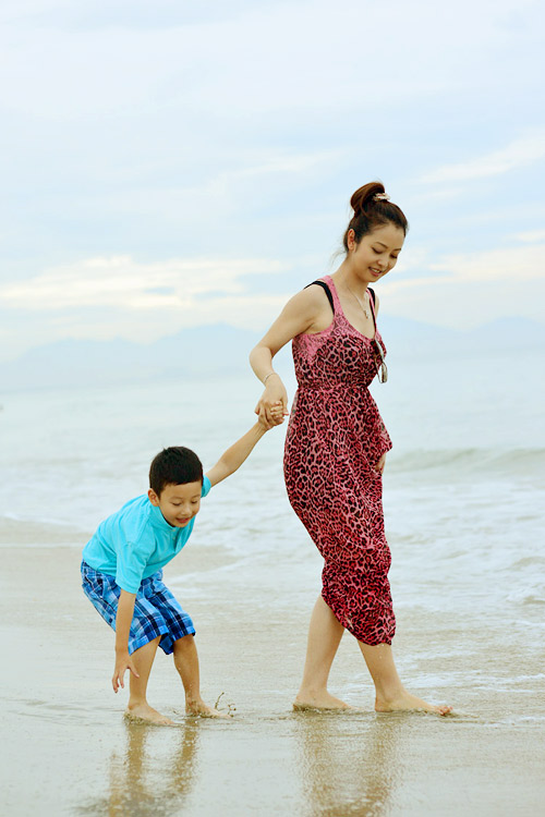 Jennifer tung tăng trên biển với con trai - 5