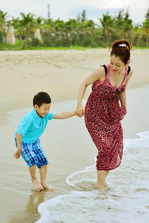 Jennifer tung tăng trên biển với con trai - 6