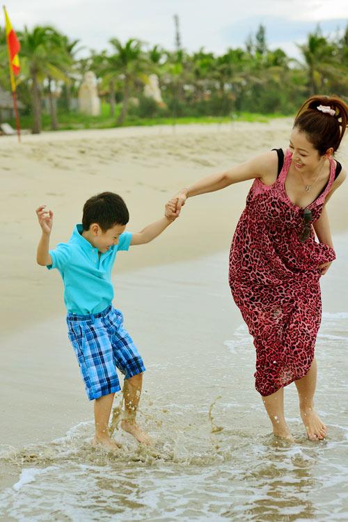 Jennifer tung tăng trên biển với con trai - 8