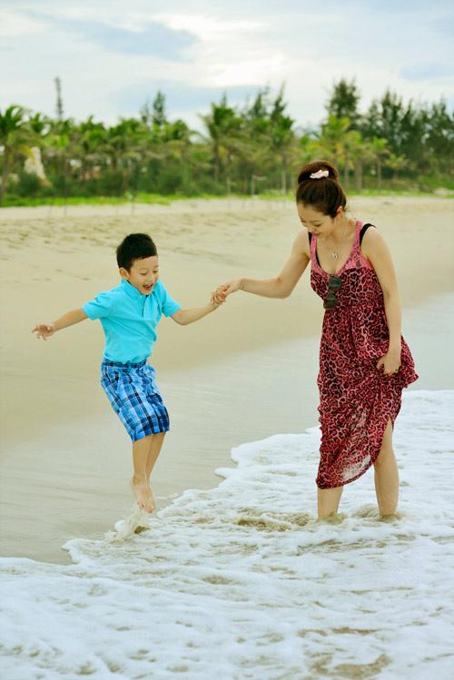 Jennifer tung tăng trên biển với con trai - 11