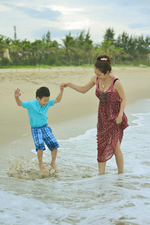 Jennifer tung tăng trên biển với con trai - 12
