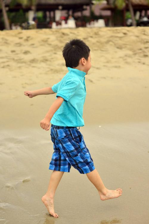 Jennifer tung tăng trên biển với con trai - 16