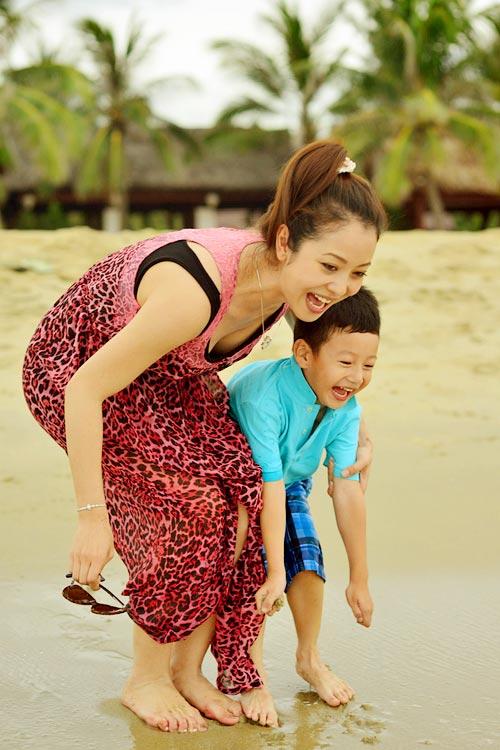 Jennifer tung tăng trên biển với con trai - 14