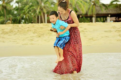Jennifer tung tăng trên biển với con trai - 15