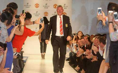 Sir Alex din thi trang trn sn catwalk, Tin bn l bng , Bng , mu, sao mu trinh dien thoi trang, sir alex, ferguson, ferdinand, kagawa, chicharito, bong da anh, bong da, bong da 24h, ket qua bong da, bao bong da, olympic 2012