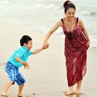 Jennifer tung tăng trên biển với con trai
