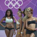 """Olympic 2012 - Olympic: """"Bỏng mắt"""" với dàn hoạt náo viên bóng chuyền"""