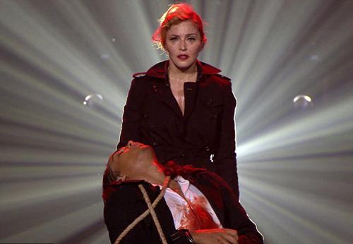 Madonna gây sốc trên sân khấu Paris - 1