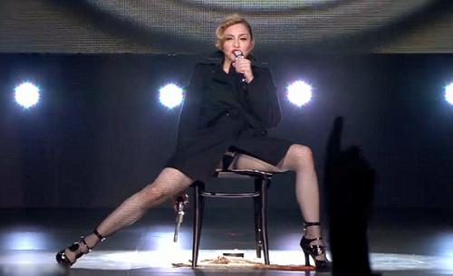 Madonna gây sốc trên sân khấu Paris - 3