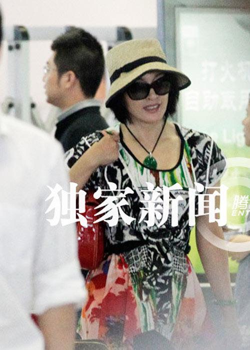 """Lưu Hiểu Khánh và """"bồ trẻ"""" chào paparazzi - 4"""
