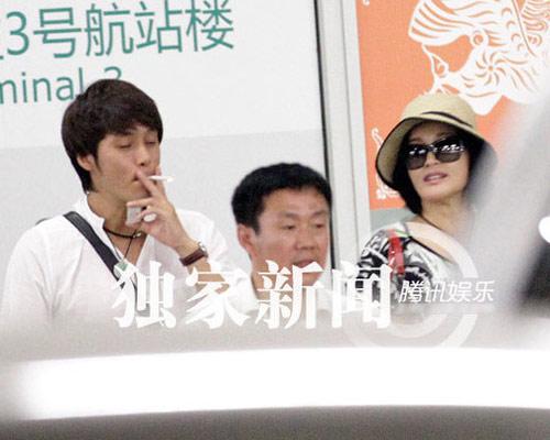 """Lưu Hiểu Khánh và """"bồ trẻ"""" chào paparazzi - 11"""
