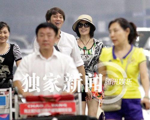 """Lưu Hiểu Khánh và """"bồ trẻ"""" chào paparazzi - 1"""