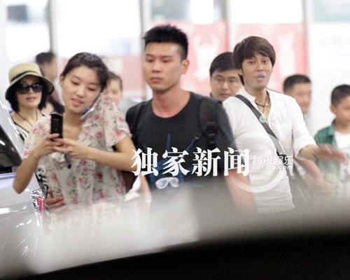 """Lưu Hiểu Khánh và """"bồ trẻ"""" chào paparazzi - 12"""