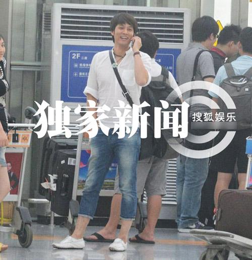 """Lưu Hiểu Khánh và """"bồ trẻ"""" chào paparazzi - 2"""