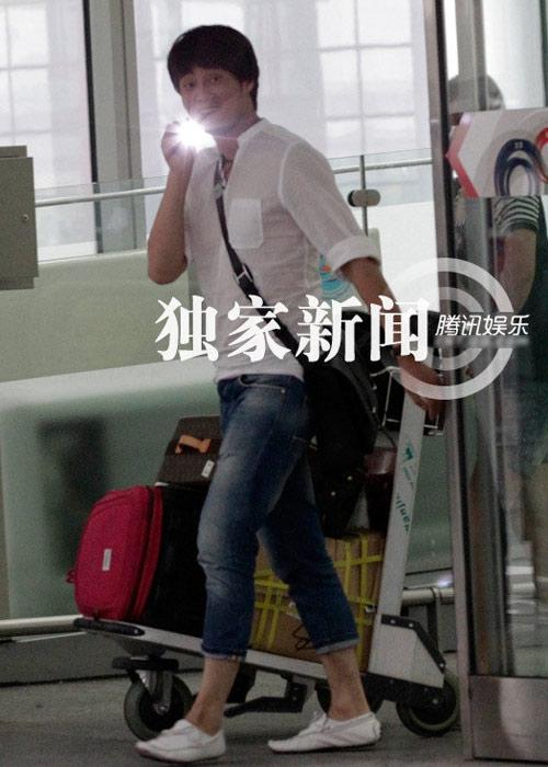 """Lưu Hiểu Khánh và """"bồ trẻ"""" chào paparazzi - 6"""
