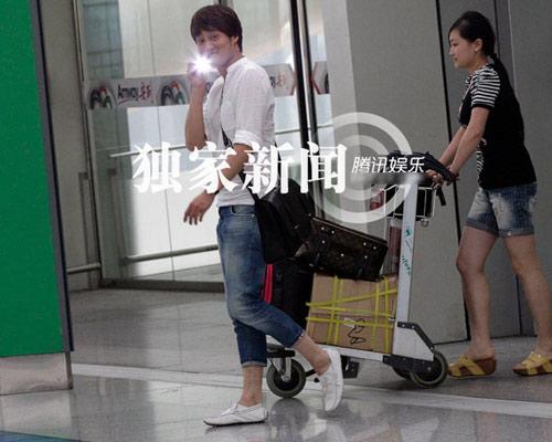 """Lưu Hiểu Khánh và """"bồ trẻ"""" chào paparazzi - 7"""