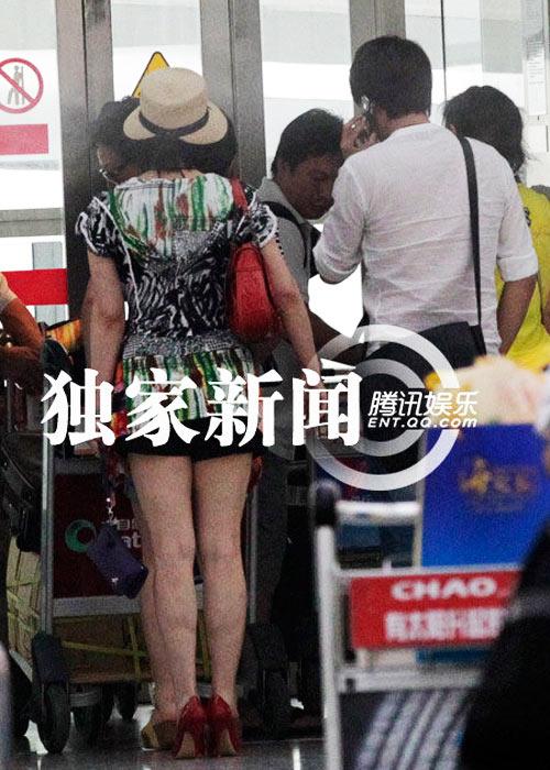 """Lưu Hiểu Khánh và """"bồ trẻ"""" chào paparazzi - 5"""