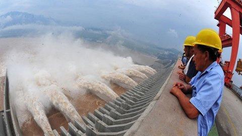 Đập thủy điện lớn nhất thế giới xả lũ - 2