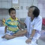 Sức khỏe đời sống - Nghịch rắn độc chết, bé trai suýt tử vong