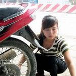 Bạn trẻ - Cuộc sống - Thiếu nữ xinh đẹp làm nghề vá xe