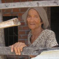 Clip con nuôi dùng chổi đánh mẹ già gây xôn xao dư luận - 2