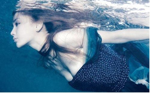 Mỹ nhân đẹp mê khi chụp hình dưới nước - 1