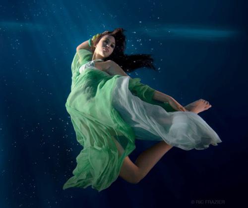 Mỹ nhân đẹp mê khi chụp hình dưới nước - 20