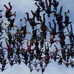 """Phi thường - kỳ quặc - 138 người cùng nhảy """"lao đầu"""" xuống đất"""