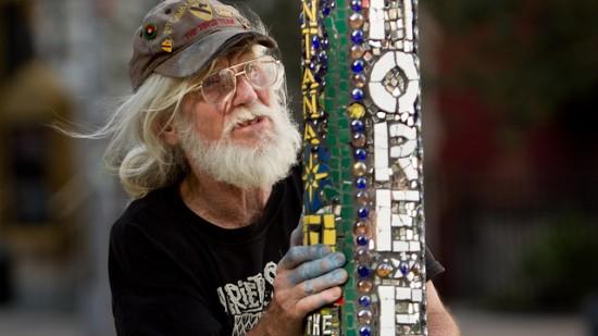 Người đàn ông 26 năm trang trí cột đèn - 1