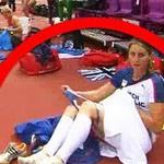 """Olympic 2012 - Nữ VĐV thản nhiên thay """"phụ tùng"""" trước camera"""
