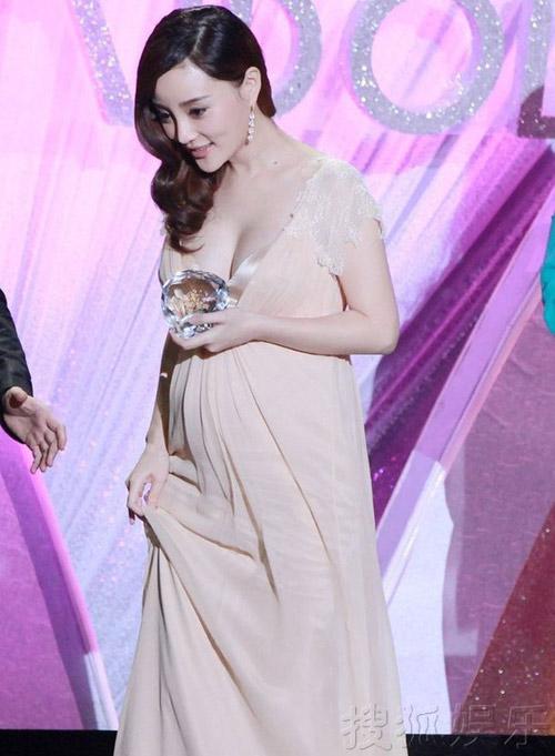 Váy cổ V e ấp ngực tròn của Lý Tiểu Lộ - 2