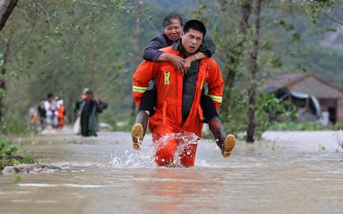 Chùm ảnh: Bão Haikui tàn phá Trung Quốc - 9