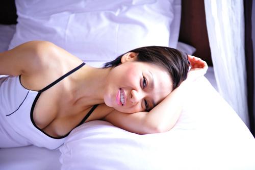 Mỹ nhân Việt đọ sức nóng trong phòng ngủ - 15