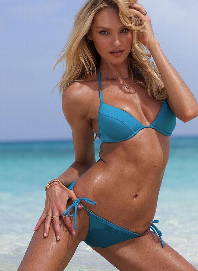Bộ bikini xanh nước biển sẽ giúp người đẹp mát lành và mướt mắt hơn.