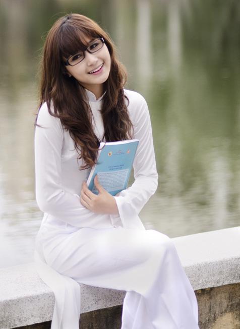 Hot girl Việt tinh khôi với áo dài trắng - 2