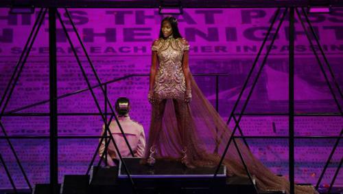 Katy Perry bị sóng đánh... tụt quần - 10