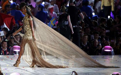 Katy Perry bị sóng đánh... tụt quần - 11