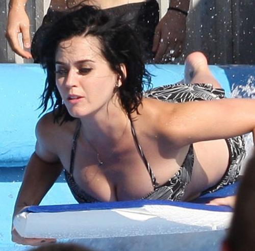 Katy Perry bị sóng đánh... tụt quần - 1