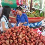 """Thị trường - Tiêu dùng - """"Loạn"""" mùa vụ, trái cây dội chợ"""