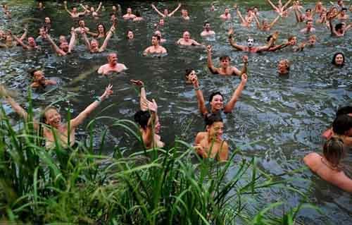 Câu lạc bộ người thích khỏa thân bơi lội - 1