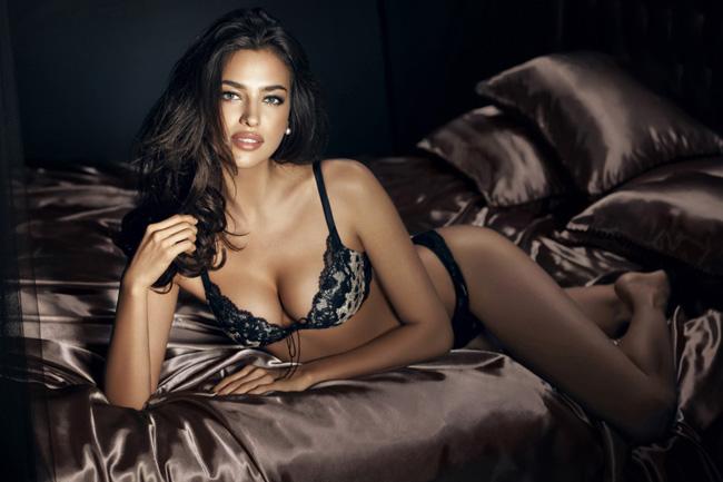 Những đường ren thêu thùa tỉ mỉ bên thềm áo khiến vòng ngực đầy của phụ nữ sexy hơn bao giờ hết.