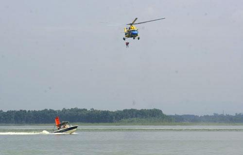 Trình diễn cứu nạn bằng trực thăng quân đội - 4