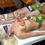 Phi thường - kỳ quặc - 500 đôla một bữa sushi trên mẫu nude