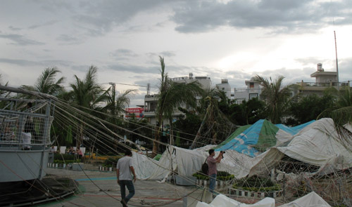 Nha Trang: Gió lốc làm nổ tung khinh khí cầu - 1