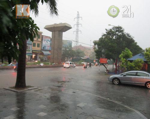 Bão số 5 đổ bộ, Hà Nội lại mưa ngập - 2