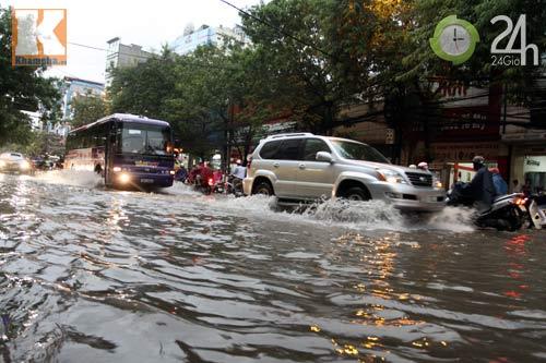 Bão số 5 đổ bộ, Hà Nội lại mưa ngập - 9