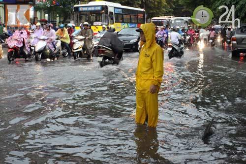 Bão số 5 đổ bộ, Hà Nội lại mưa ngập - 13